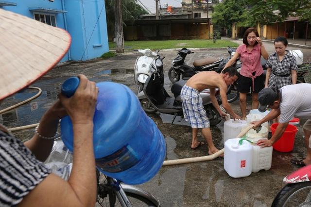 Người dân Hà Nội kẽo kẹt xe kéo đi lấy nước - 2