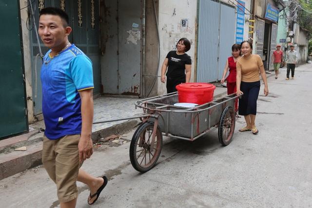 Người dân Hà Nội kẽo kẹt xe kéo đi lấy nước - 7