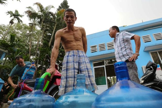 Người dân Hà Nội kẽo kẹt xe kéo đi lấy nước - 4