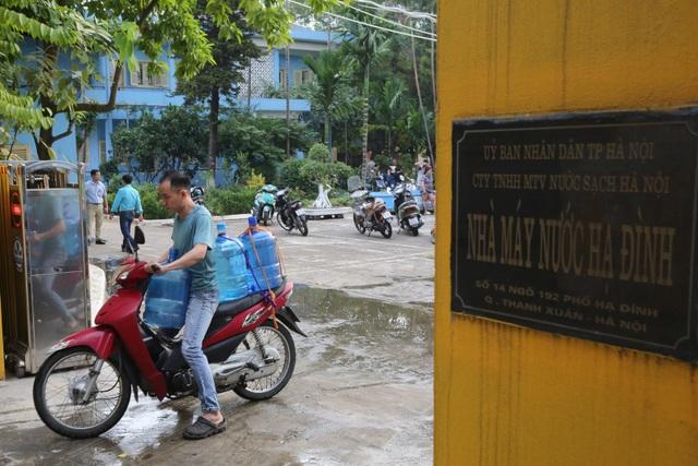 Người dân Hà Nội kẽo kẹt xe kéo đi lấy nước - 6
