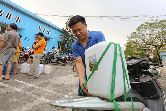 Người dân Hà Nội kẽo kẹt xe kéo đi lấy nước - 9