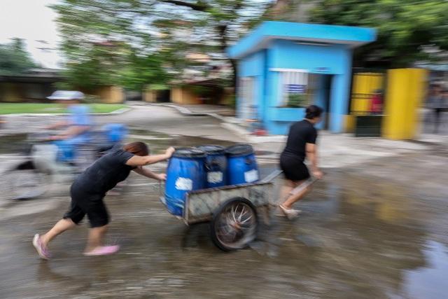 Người dân Hà Nội kẽo kẹt xe kéo đi lấy nước - 13