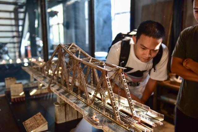 Chiêm ngưỡng mô hình cầu Long Biên thu nhỏ được làm trong 500 giờ - 2