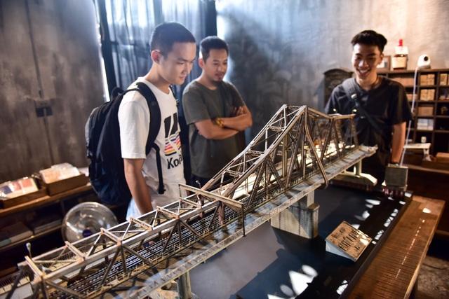 Chiêm ngưỡng mô hình cầu Long Biên thu nhỏ được làm trong 500 giờ - 1