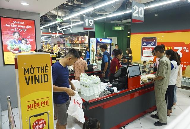 Hà Nội: Người dân ùn ùn đi mua nước đóng chai ở siêu thị - 5