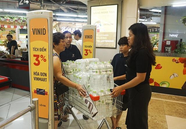 Hà Nội: Người dân ùn ùn đi mua nước đóng chai ở siêu thị - 2