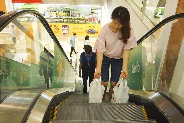 Hà Nội: Người dân ùn ùn đi mua nước đóng chai ở siêu thị - 8