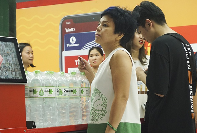 Hà Nội: Người dân ùn ùn đi mua nước đóng chai ở siêu thị - 12