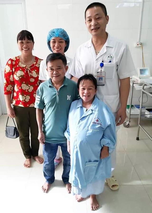Niềm vui vỡ òa trước cửa phòng sinh của cặp vợ chồng tí hon ở Phú Thọ - 2