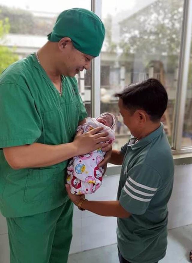 Niềm vui vỡ òa trước cửa phòng sinh của cặp vợ chồng tí hon ở Phú Thọ - 3