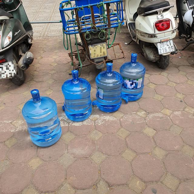 """""""Cháy hàng"""" nước đóng bình loại bình 20L, dân Hà Nội phải mua giá gấp 3 - 4"""