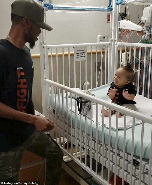 Xúc động người cha làm hoạt náo viên để cậu con trai 2 tuổi mắc ung thư máu cười mỗi ngày - 1