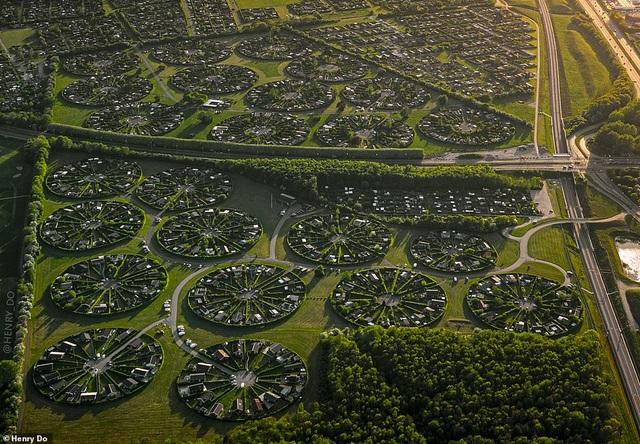 """Lạc vào ngôi làng tròn được quy hoạch tuyệt đẹp ngỡ như một """"nền văn minh ngoài hành tinh"""" - 1"""