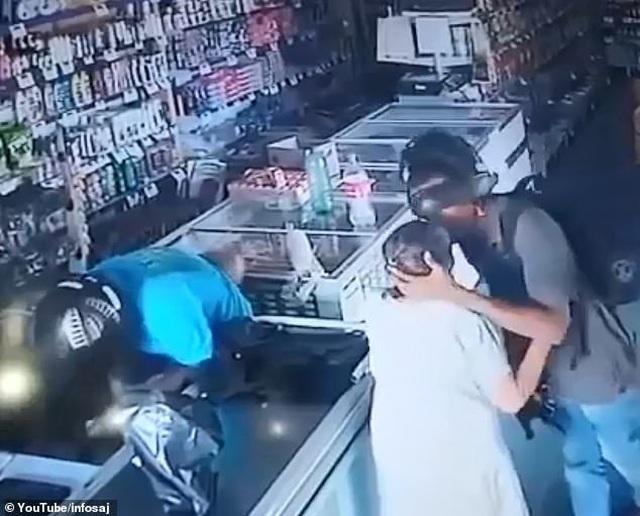 Video kẻ cướp mang súng nổi lòng trắc ẩn, hôn an ủi cụ bà gây bão mạng  - 1
