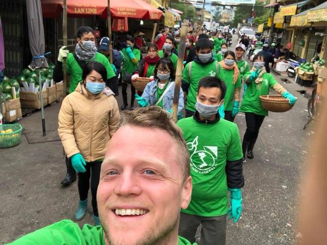 Ông Tây lội mương thối và hành trình 3 năm nhặt hàng nghìn tấn rác ở Hà Nội - 9