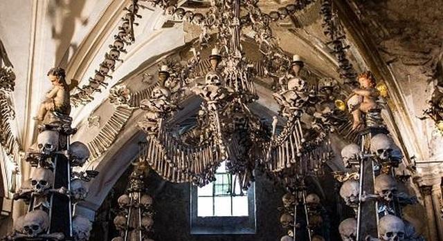 """Nhà thờ xương người cấm chụp selfie vì sợ những hộp sọ bị """"cưỡng hôn"""" - 3"""