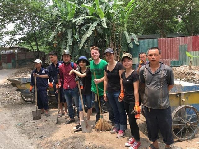 Ông Tây lội mương thối và hành trình 3 năm nhặt hàng nghìn tấn rác ở Hà Nội - 7