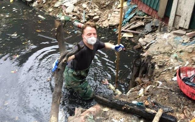 Ông Tây lội mương thối và hành trình 3 năm nhặt hàng nghìn tấn rác ở Hà Nội - 4