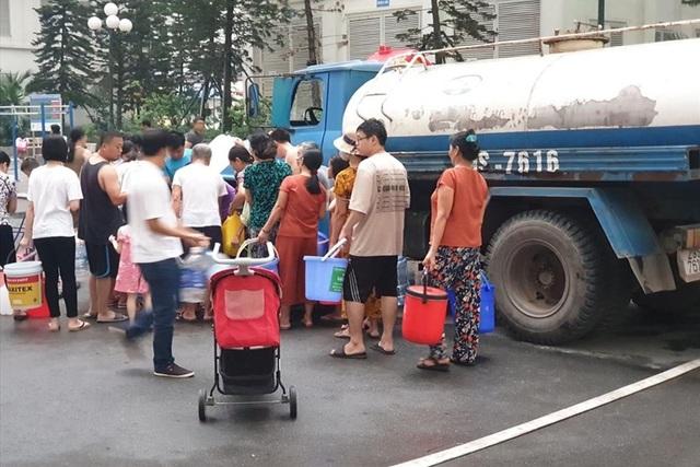 Phát hiện nước sạch phát miễn phí có mùi tanh, cư dân đành phải đổ bỏ - 1