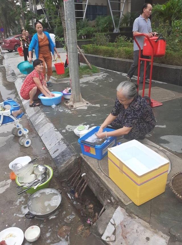 Dân Hà Nội xếp hàng từ đêm khuya, lấy cả nước từ... bể bơi về dùng - 4