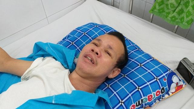 Người đàn ông bị cổng làng sập đè suýt chết, vợ đột quỵ khi chăm chồng - 4