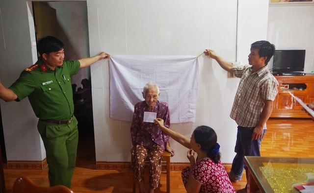 Công an đến tận nhà làm chứng minh thư cho người già, người khuyết tật - 4