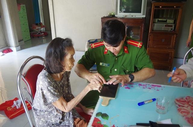 Công an đến tận nhà làm chứng minh thư cho người già, người khuyết tật - 3