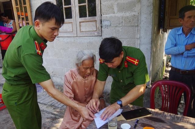 Công an đến tận nhà làm chứng minh thư cho người già, người khuyết tật - 1
