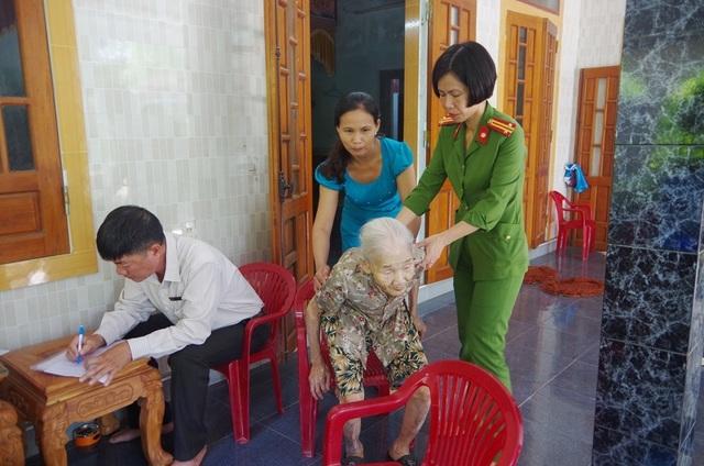 Công an đến tận nhà làm chứng minh thư cho người già, người khuyết tật - 2