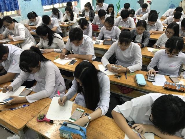 Học sinh làm bài kiểm tra bằng điện thoại: Lạ và lo! - 1