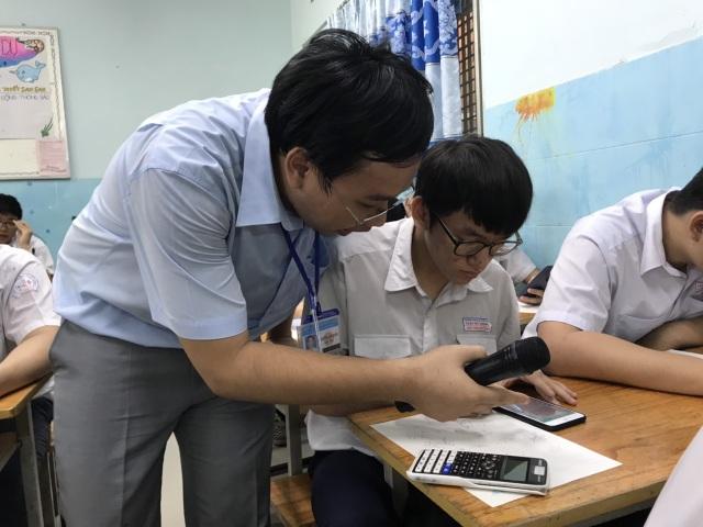 Học sinh làm bài kiểm tra bằng điện thoại: Lạ và lo! - 3