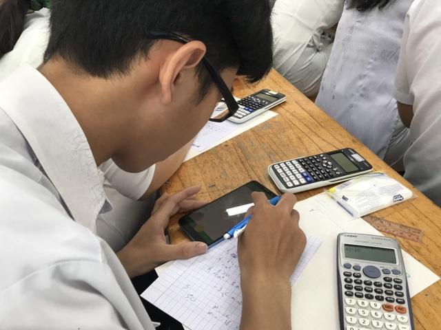 Học sinh làm bài kiểm tra bằng điện thoại: Lạ và lo! - 2