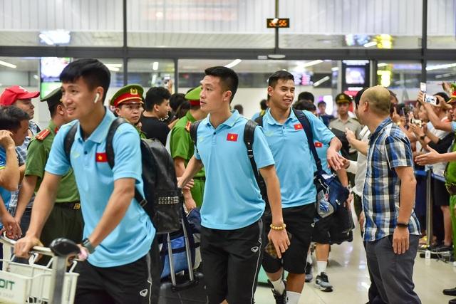 Đội tuyển Việt Nam về tới Hà Nội sau trận đại thắng Indonesia - 8