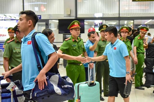 Đội tuyển Việt Nam về tới Hà Nội sau trận đại thắng Indonesia - 6