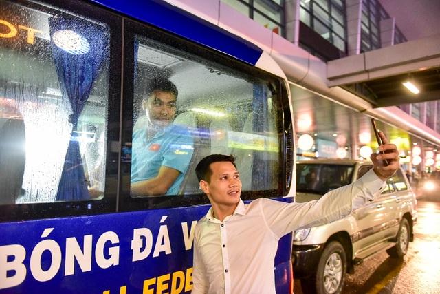 Đội tuyển Việt Nam về tới Hà Nội sau trận đại thắng Indonesia - 14