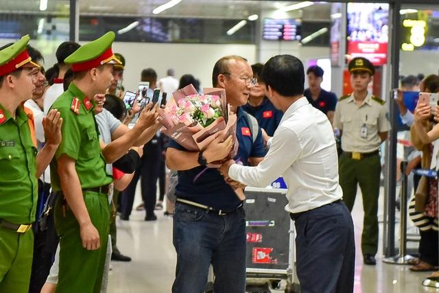 Đội tuyển Việt Nam về tới Hà Nội sau trận đại thắng Indonesia - 4