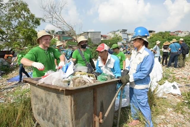 Ông Tây lội mương thối và hành trình 3 năm nhặt hàng nghìn tấn rác ở Hà Nội - 1