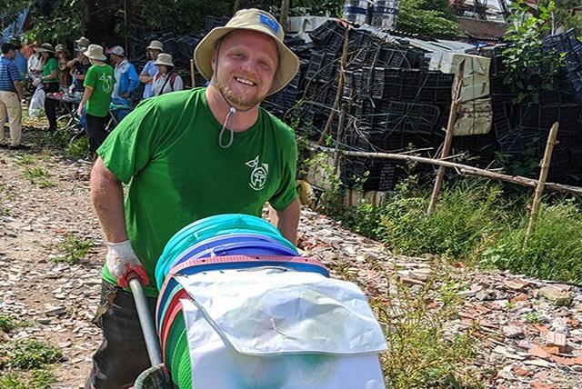 Ông Tây lội mương thối và hành trình 3 năm nhặt hàng nghìn tấn rác ở Hà Nội - 2