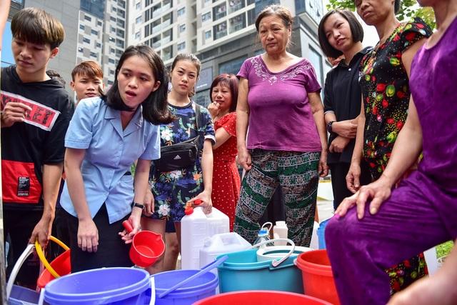 Dậy sớm xếp hàng, cư dân chung cư cao cấp vẫn khóc ròng vì hụt nước sạch - 2