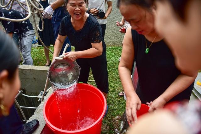Dậy sớm xếp hàng, cư dân chung cư cao cấp vẫn khóc ròng vì hụt nước sạch - 9