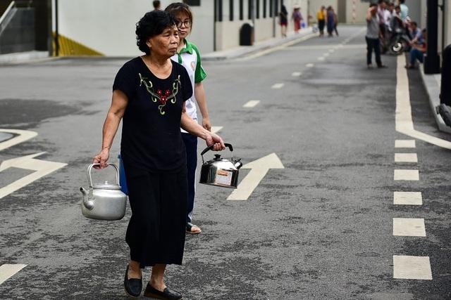 Dậy sớm xếp hàng, cư dân chung cư cao cấp vẫn khóc ròng vì hụt nước sạch - 8