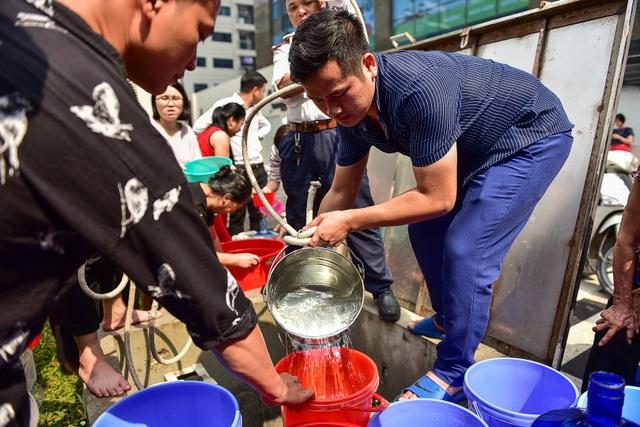 Dậy sớm xếp hàng, cư dân chung cư cao cấp vẫn khóc ròng vì hụt nước sạch - 13