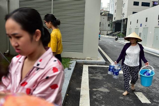 Dậy sớm xếp hàng, cư dân chung cư cao cấp vẫn khóc ròng vì hụt nước sạch - 5