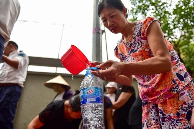 Dậy sớm xếp hàng, cư dân chung cư cao cấp vẫn khóc ròng vì hụt nước sạch - 11