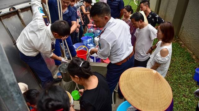 Dậy sớm xếp hàng, cư dân chung cư cao cấp vẫn khóc ròng vì hụt nước sạch - 3
