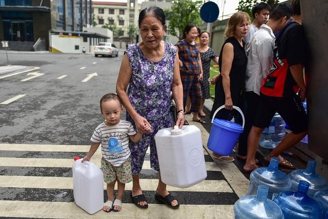 Dậy sớm xếp hàng, cư dân chung cư cao cấp vẫn khóc ròng vì hụt nước sạch - 1