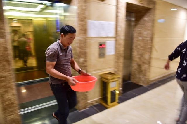 Dậy sớm xếp hàng, cư dân chung cư cao cấp vẫn khóc ròng vì hụt nước sạch - 14
