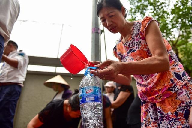 Nước sạch sông Đà vừa được cấp trở lại chưa thể ăn, chỉ để tắm rửa - 1