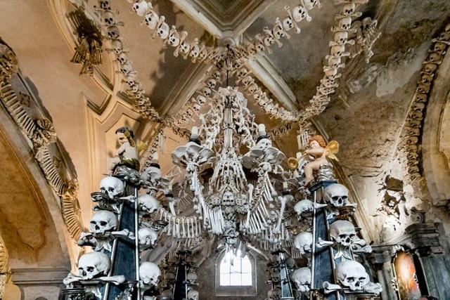 """Nhà thờ xương người cấm chụp selfie vì sợ những hộp sọ bị """"cưỡng hôn"""" - 1"""