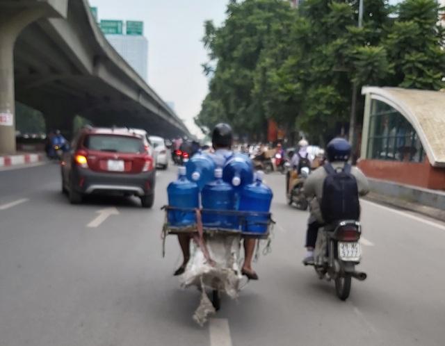 Hà Nội: Quầy nước siêu thị trống trơn, dân buôn nước hối hả, gắt gỏng - 6
